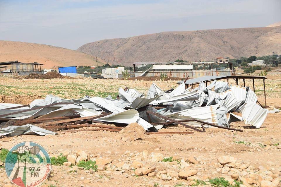 الاحتلال يهدم حظيرة اغنام ويزيل اساسات منزل قيد الانشاء في قرية فصايل
