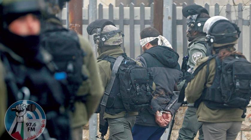 الاحتلال يعتقل خمسة شبان ويفتش عدة منازل بالخليل