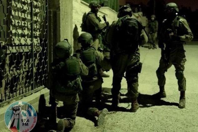 جيش الاحتلال يعتقل شابين من عزون و مخيم الدهيشة
