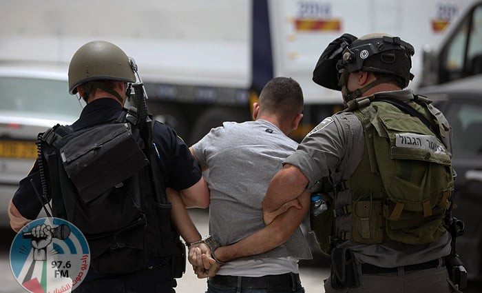 الاحتلال يعتقل فتى وشابا ويستدعي آخر شمال الخليل
