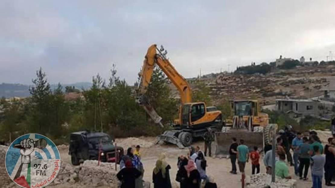 الاحتلال يهدم 4 منازل ووحدة صحية جنوب الخليل