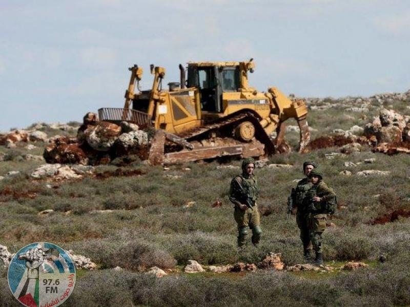 بحماية قوات الاحتلال: مستوطنون يحرثون أراضي جنوب نابلس