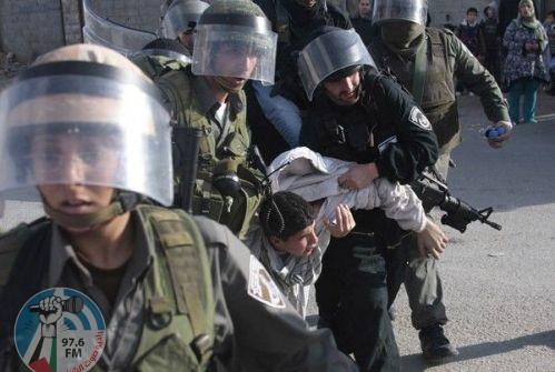الاحتلال يعتقل شابا من أريحا ويحتجز آخر لساعات