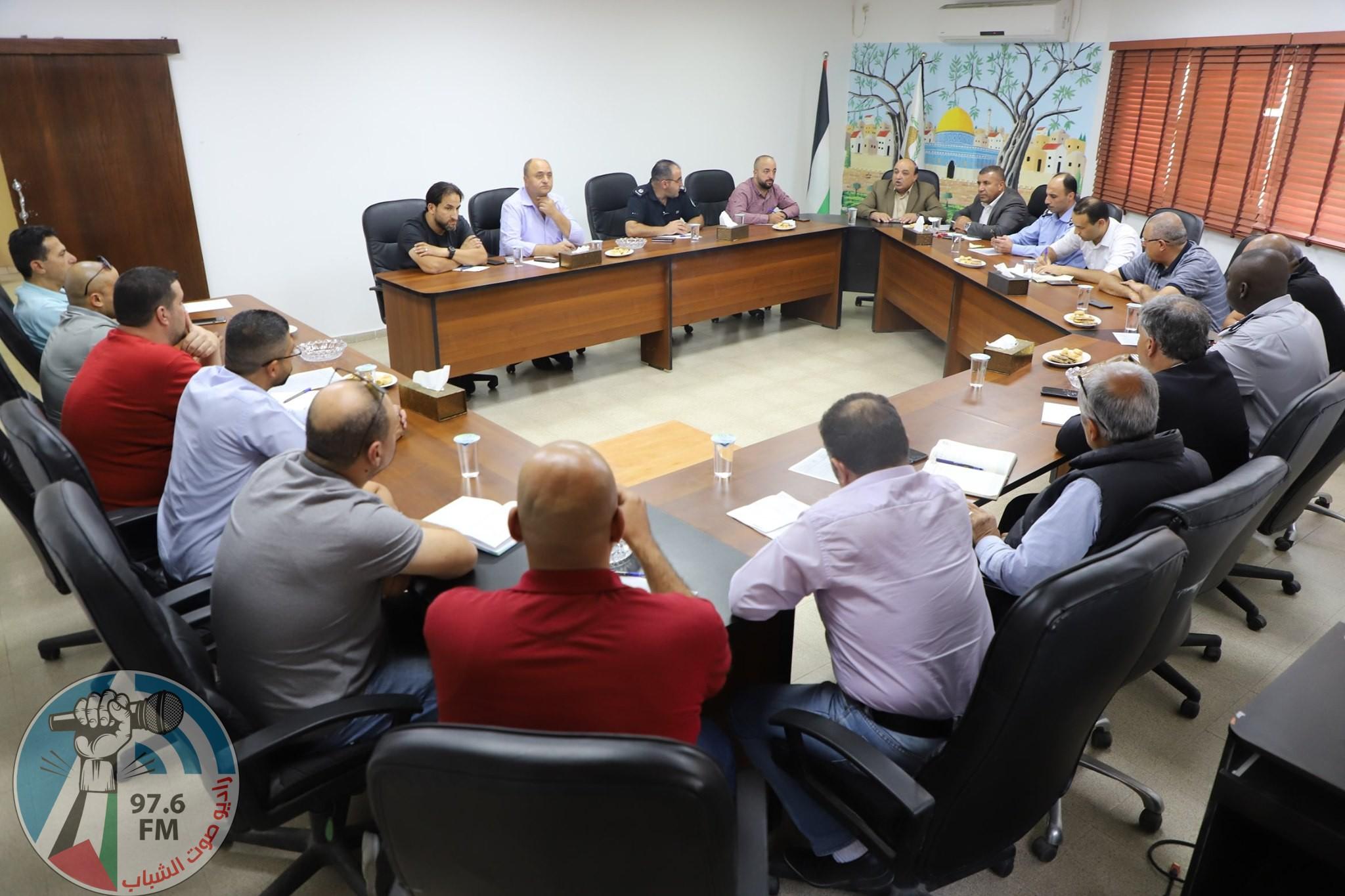 بلدية دورا تعقد اجتماعاً مع الجهات المختصة لمناقشة الخطة المشتركة لإزالة التعديات في المدينة